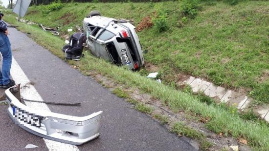 Wypadek w Przemyślu. Kierowca wjechał do rowu i dachował (ZDJĘCIA)