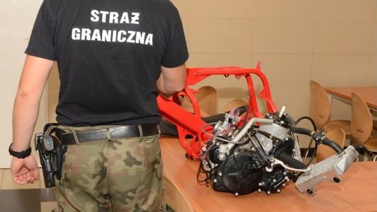Motocykl w częściach i elementy skutera. Straż Graniczna zabezpieczyła kradzione pojazdy
