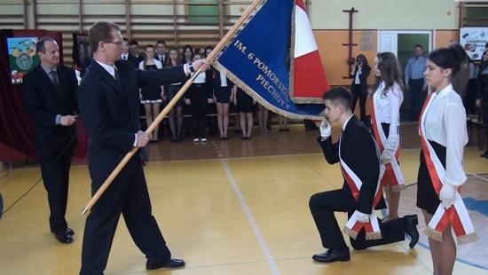 """Uczniowie Gimnazjum nr 4 w Sanoku odebrali sztandar. """"To nasz nowy symbol"""" (FILM)"""
