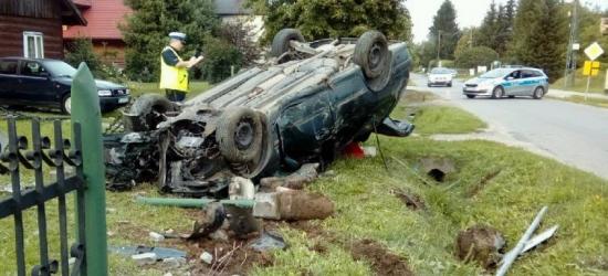Groźny wypadek w Woli Dalszej. Samochód wjechał w ogrodzenie i dachował (ZDJĘCIE)