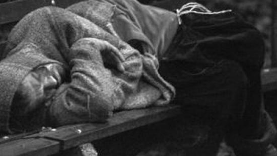 Pijany mężczyzna spał na ulicy. Uratował go mieszkaniec Leska