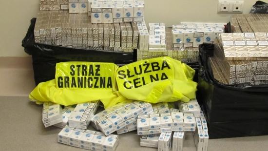 Taksówkarz przewoził ponad 64 tysiące nielegalnych papierosów (ZDJĘCIA)