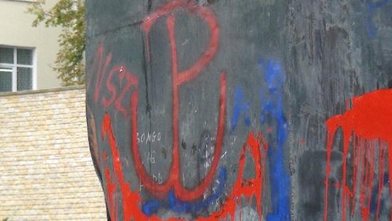 Pomnik Wdzięczności oblany farbą (ZDJĘCIA)