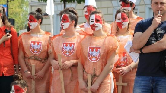 Młodzi nie zapominają o historii Polski. 18 inscenizacji na sanockim Rynku (FILM)