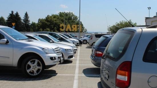 Koniec parkingowej sielanki na terenie Galerii Sanok. Miejsca tylko dla klientów (ZDJĘCIA)