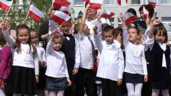 Patriotycznie na sanockim Rynku. Przedszkolaki uczciły Dzień Flagi Narodowej (FILM, ZDJĘCIA)