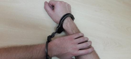 Kopali leżącego mężczyznę. Grozi im pięć lat więzienia