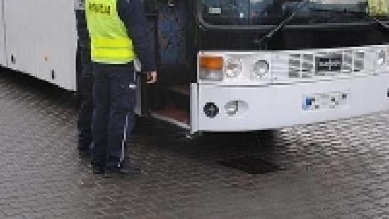 Policjanci kontrolują autobusy wycieczkowe