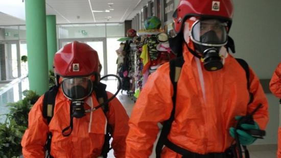 LESKO: Wyciek szkodliwej substancji i ewakuacja basenu. Strażacy wzięli udział w ćwiczeniach (ZDJĘCIA)