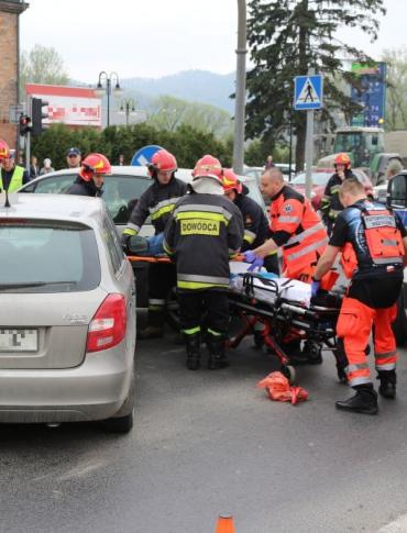 GROŹNIE NA SKRZYŻOWANIU: Wjechał na czerwonym świetle. Jedna osoba w szpitalu z urazem kręgosłupa (ZDJĘCIA)