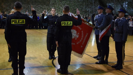 Ponad setka nowych funkcjonariuszy wzmocni szeregi Podkarpackiej Policji (ZDJĘCIA)