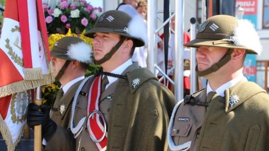 Przemarsz żołnierzy podczas święta Wojska Polskiego na krośnieńskim Rynku (FILM)
