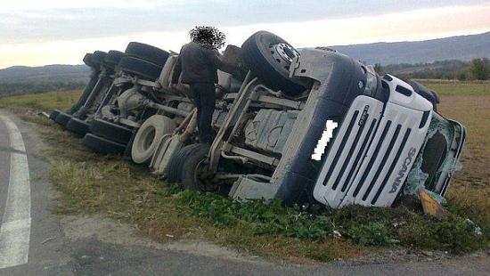 Dwie kolizje z udziałem ciężarówek. Przyczyną była nadmierna prędkość (ZDJĘCIA)