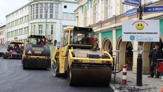 Dzisiaj apogeum przebudowy dróg w centrum Sanoka! (ZDJĘCIA)