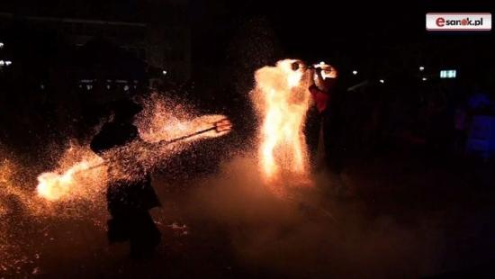 Efektowny Teatr Ognia na zakończenie wakacji (FILM)