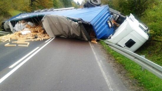 BIESZCZADY: Kierowca ciężarówki wjechał w drzewo. Miał ponad 3 promile! (ZDJĘCIA)