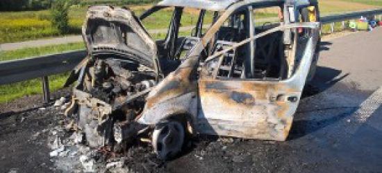 Samochód w płomieniach. Mercedes spalił się na autostradzie (ZDJĘCIA)