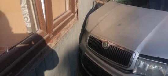 Wjechał samochodem w dom (ZDJĘCIE)