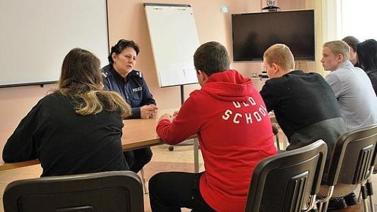 Policjanci przychodzą z pomocą młodzieży (ZDJĘCIA)