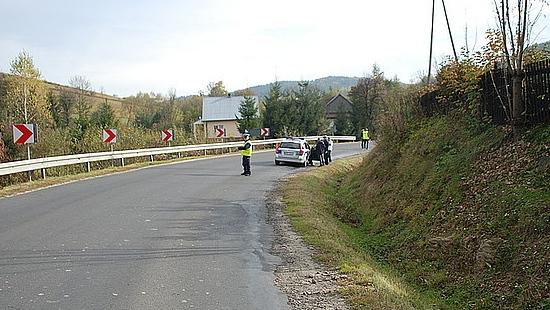 Kierowca na podwójnym gazie potrącił konia. Jeździec spadł do rowu i złamał obydwie ręce