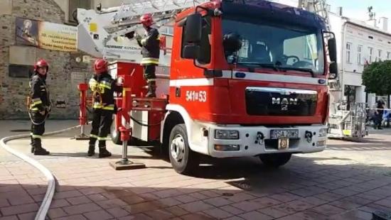 Szybka akcja strażacka w centrum miasta. Ćwiczenia na kościele oo. franciszkanów (RETRANSMISJA)
