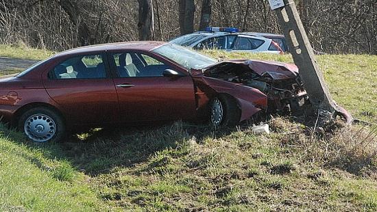 Skradzionym samochodem uderzyła w słup energetyczny