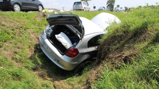 RYMANÓW: Dostawczak zepchnął BMW do głębokiego rowu (FILM, ZDJĘCIA)