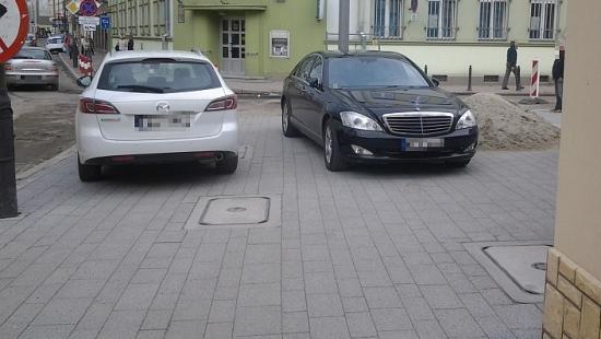 """""""Dbajmy o kulturę parkowania"""": Nowe chodniki nowym parkingiem?"""