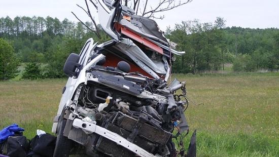 Czołowe zderzenie busa z ciężarówką. Nie żyje mieszkaniec powiatu brzozowskiego (ZDJĘCIA)
