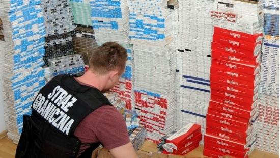 Wpadki jarosławskich przemytników. Trzymała papierosy w spiżarni, prosił strażników o pomoc w przemycie (ZDJĘCIA)