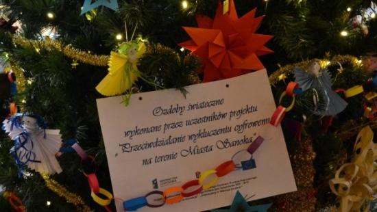 100 ozdób wykonanych przez uczestników projektu, przystroiło choinkę w Urzędzie Miasta (ZDJĘCIA)