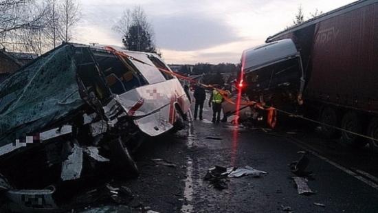TIR zmiażdżył BUSA. 13 osób z Podkarpacia rannych w wypadku