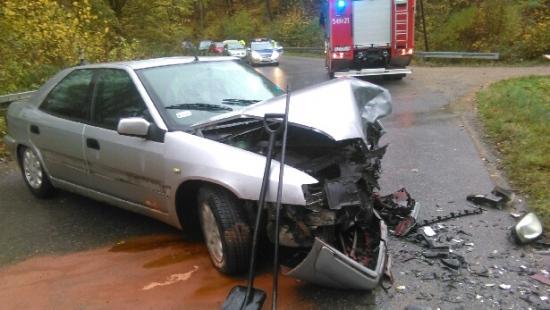POWIAT SANOK: Wypadek w Międzybrodziu, jedna osoba trafiła do szpitala. Droga zablokowana