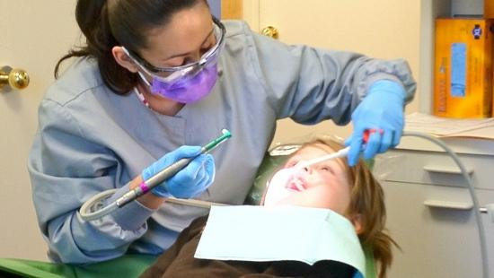 Dwoje dentystów miało wyłudzić nawet 860 tys. zł świadczeń z NFZ. Zakładali fikcyjne plomby