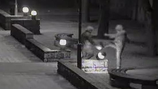 Pijany kopał lampy oświetlające deptak. Nagrała go miejska kamera (FILM)