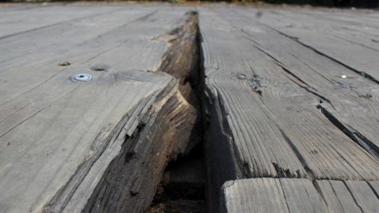 INTERWENCJA: Dziury i wystające gwoździe. Most w Trepczy w opłakanym stanie (ZDJĘCIA)