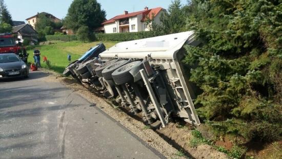 Wypadek w Jabłonce. Ciężarówka padła do rowu (ZDJĘCIA)