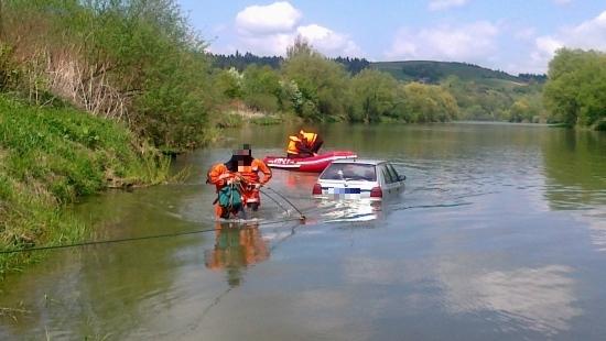 Nie zatrzymała się na promie, auto wpadło do rzeki (ZDJĘCIA)