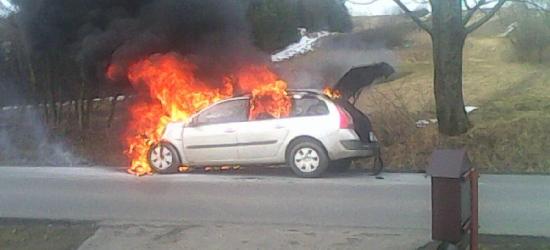 Samochód w płomieniach. Kłęby czarnego dymu unosiły się nad pojazdem (ZDJĘCIE)