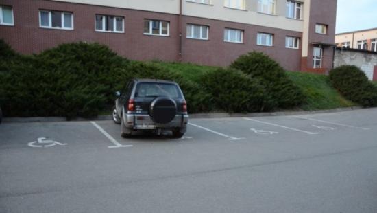"""INTERWENCJA: ,,Osoby niepełnosprawne nie mają gdzie zaparkować"""". Problem miejsc postojowych przy brzozowskim szpitalu (ZDJĘCIA)"""