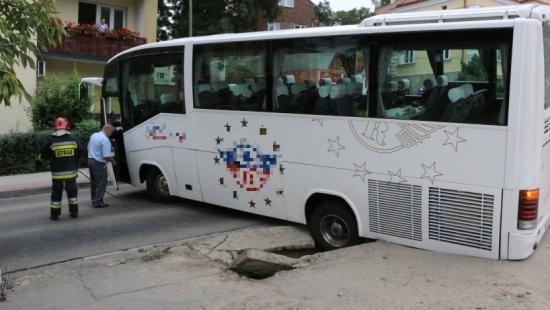 Pod autobusem zapadł się chodnik (FILM)