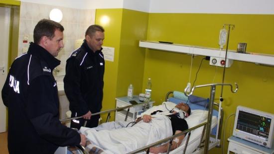 TARNOBRZEG: Komendanci odwiedzili w szpitalu policjantów, którzy ucierpieli w wypadku po wczorajszym pościgu (ZDJĘCIA)