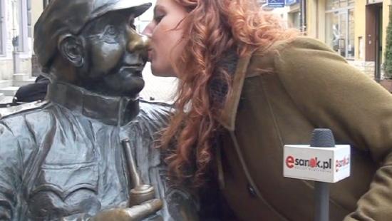"""SONDA: """"Czy mogę Panią/Pana pocałować""""? Sanoczanie o Dniu Niespodziewanego Całusa (FILM)"""
