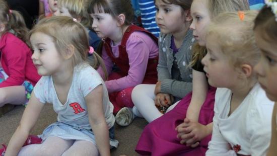 """Maluchy prezentowały poezję swoich rodziców. ,,Wiosenne wierszowanie"""" w Przedszkolu nr 3 (ZDJĘCIA)"""