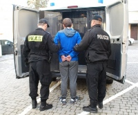 """RZESZÓW: Policjanci zatrzymali podejrzanego o udział w oszustwie """"na funkcjonariusza"""" (WIDEO, ZDJĘCIA)"""