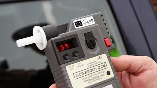 """Kierowca na ,,podwójnym gazie"""" wyprzedzał policyjny radiowóz"""