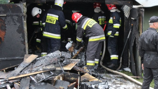 Pożar garażu w Zagórzu. Fotorelacja z akcji gaśniczej strażaków (ZDJĘCIA)