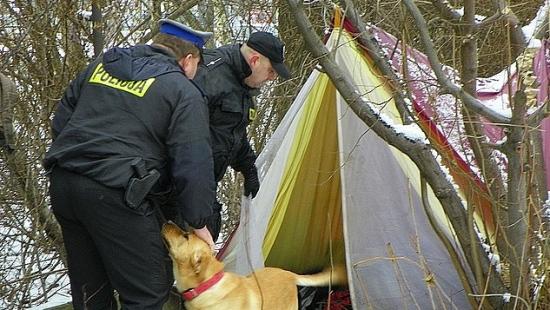 Policja apeluje o czujność. Możesz uratować bezdomnemu życie