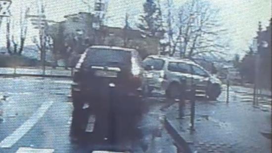 SANOK: Chwila nieuwagi i stłuczka gotowa. Policjanci apelują o rozwagę na drodze! (FILM)