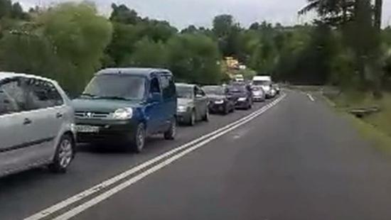 SANOK: Blisko 3-kilometrowy korek po upadku motocykla w pobliżu Autosanu (FILM)